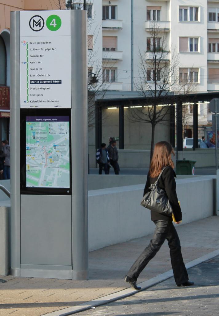 Az új utastájékoztató tábla a Móricz Zsigmond körtéren.