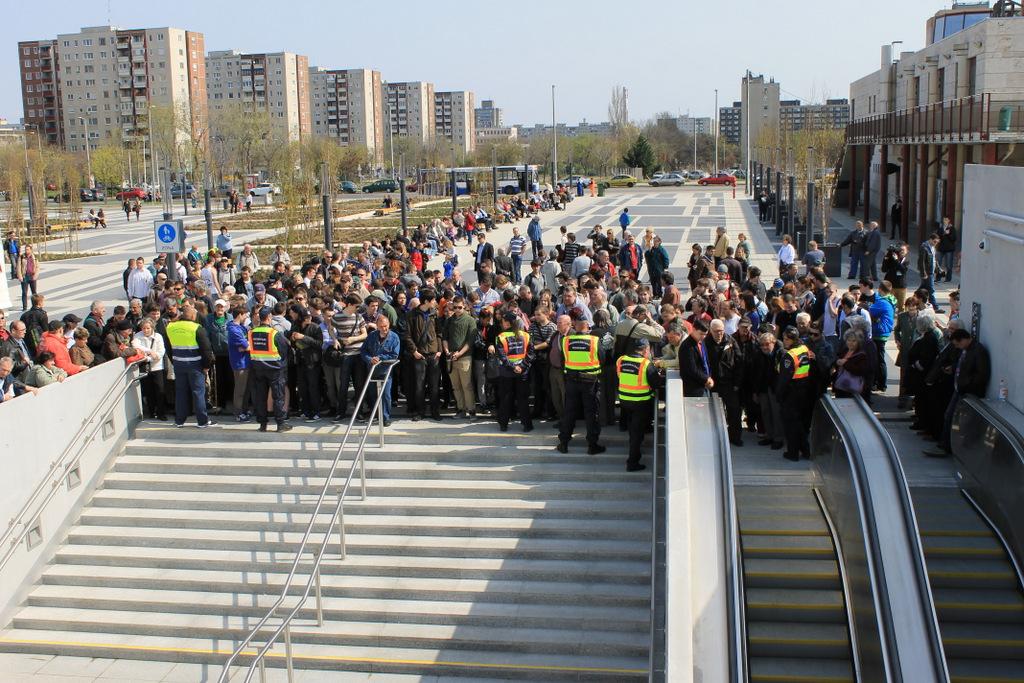 Várnak az emberek a déli harangszóra: akkor indul hivatalosan a metró