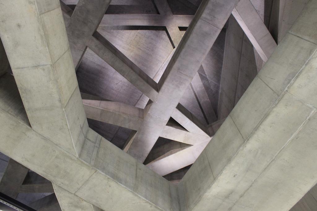 Látványos betongerendák a Fővám térnél.