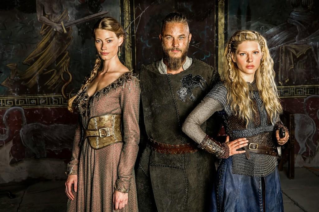 Aslaug hercegnő (Alyssa Sutherland), Ragnar Lothbrok (Travis Fimmel)  és Lagertha (Katheryn Winnick)