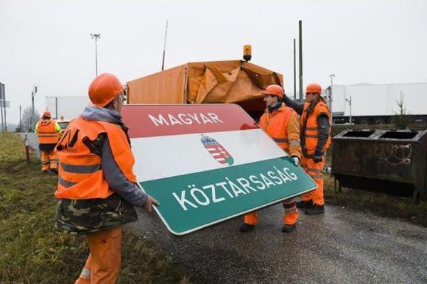 Elbontják a Magyar Köztársaság táblát